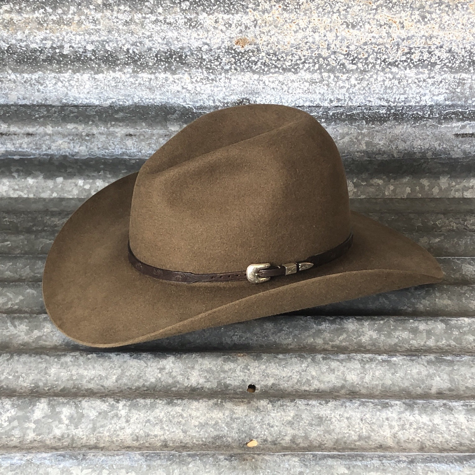 """LOW GUS BELLY CURL 3.75"""" SADDLE WITH FINGER CARVED HAT BAND"""
