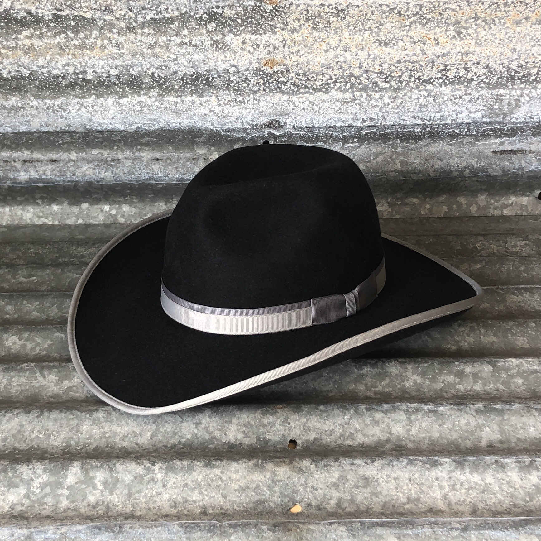 BLACK LOW GUS WITH DOUBLE RIBBON