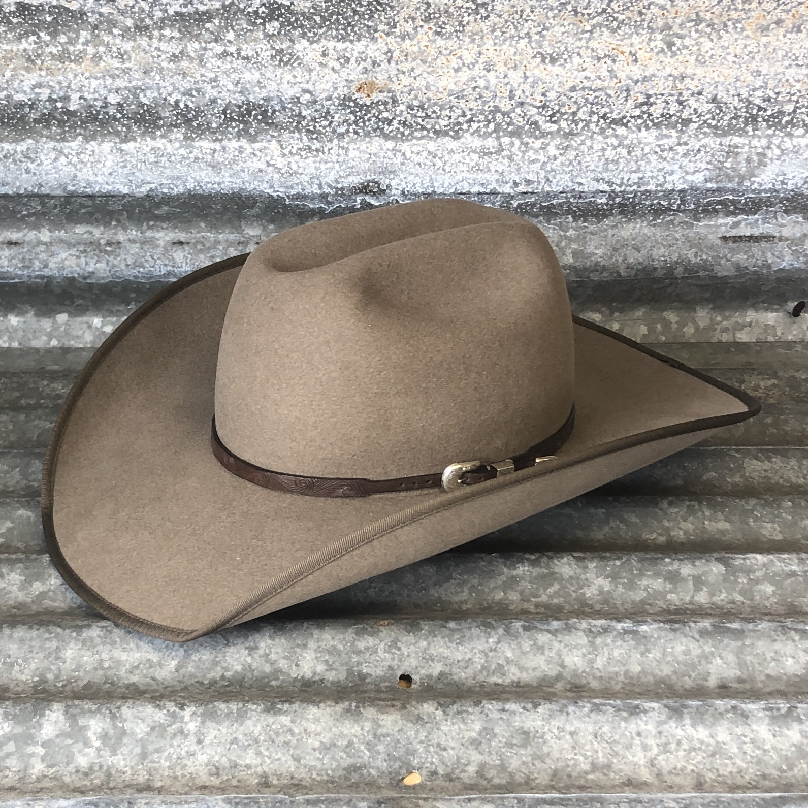 NATURAL COWBOY/SHOVEL WITH BOUND EDGE AND SS HAND CARVED BAND